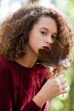 Muchacha adolescente del pelo rizado en bosque del otoño Imagenes de archivo