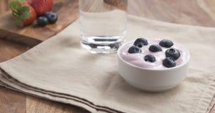 Muchacha adolescente del POV que come el yogur con los arándanos Fotografía de archivo