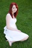 Muchacha adolescente del redhead hermoso en la alineada blanca Imagenes de archivo