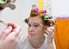Muchacha adolescente del Redhead que hace maquillaje Foto de archivo libre de regalías