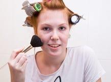 Muchacha adolescente del Redhead que hace maquillaje Foto de archivo
