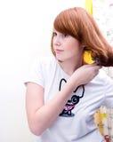 Muchacha adolescente del Redhead que hace su pelo Fotografía de archivo