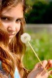 Muchacha adolescente del retrato con el diente de león Fotografía de archivo libre de regalías