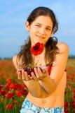 Muchacha adolescente del retrato con la amapola Fotografía de archivo libre de regalías