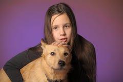 Muchacha adolescente del retrato con un perro Imagen de archivo libre de regalías