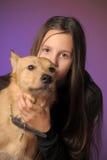 Muchacha adolescente del retrato con un perro Imagenes de archivo