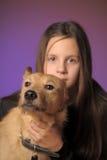 Muchacha adolescente del retrato con un perro Imágenes de archivo libres de regalías