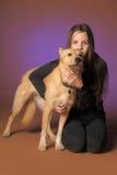 Muchacha adolescente del retrato con un perro Foto de archivo libre de regalías