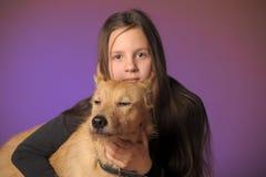 Muchacha adolescente del retrato con un perro Fotos de archivo libres de regalías