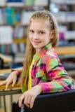 Muchacha adolescente del retrato en biblioteca Foto de archivo libre de regalías