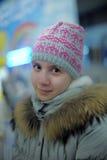 Muchacha adolescente del retrato en gris con un sombrero rosado Fotos de archivo libres de regalías