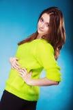 Muchacha adolescente del retrato en suéter vivo del color en azul Foto de archivo libre de regalías