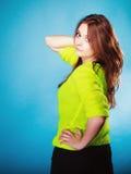 Muchacha adolescente del retrato en suéter vivo del color en azul Fotos de archivo