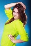Muchacha adolescente del retrato en suéter vivo del color en azul Imagen de archivo libre de regalías