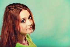 Muchacha adolescente del retrato en suéter vivo del color en azul Imagen de archivo