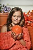 Muchacha adolescente del retrato en un suéter anaranjado Foto de archivo
