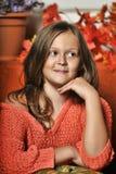 Muchacha adolescente del retrato en un suéter anaranjado Fotografía de archivo