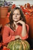 Muchacha adolescente del retrato en un suéter anaranjado Imágenes de archivo libres de regalías