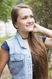 Muchacha adolescente del retrato en vaqueros Fotos de archivo libres de regalías