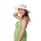 Muchacha adolescente del verano en sombrero grande Imágenes de archivo libres de regalías