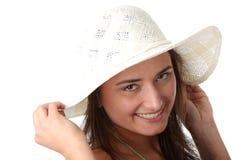Muchacha adolescente del verano en sombrero grande Fotografía de archivo libre de regalías
