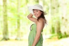 Muchacha adolescente del verano en sombrero grande Fotografía de archivo