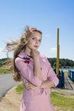 Muchacha adolescente del vintage de la belleza que presenta al aire libre Fotografía de archivo libre de regalías
