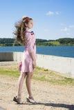 Muchacha adolescente del vintage de la belleza que presenta al aire libre Imágenes de archivo libres de regalías