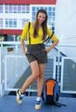 Muchacha adolescente delante de la escuela Foto de archivo libre de regalías
