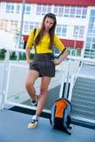 Muchacha adolescente delante de la escuela Imagenes de archivo
