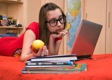 Muchacha adolescente delante del ordenador fotografía de archivo