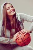 Muchacha adolescente deportiva en la capilla que lleva a cabo baloncesto Foto de archivo libre de regalías