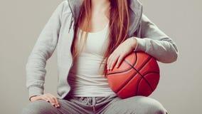 Muchacha adolescente deportiva en la capilla que lleva a cabo baloncesto Fotos de archivo libres de regalías