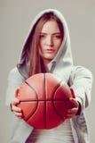 Muchacha adolescente deportiva en la capilla que lleva a cabo baloncesto Fotografía de archivo
