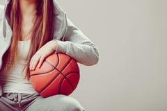 Muchacha adolescente deportiva en la capilla que lleva a cabo baloncesto Fotografía de archivo libre de regalías