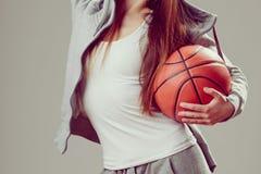 Muchacha adolescente deportiva en la capilla que lleva a cabo baloncesto Imágenes de archivo libres de regalías