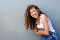 Muchacha adolescente despreocupada feliz que se inclina con los brazos cruzados Fotos de archivo libres de regalías