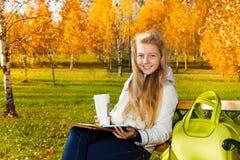 Muchacha adolescente después de la escuela en el parque Fotografía de archivo