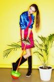 Muchacha adolescente divertida de la edad en vestido loco Fotografía de archivo