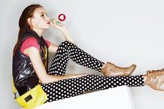 Muchacha adolescente divertida de la edad en vestido loco Fotos de archivo libres de regalías