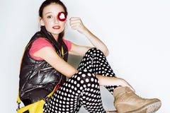 Muchacha adolescente divertida de la edad en vestido loco Imagen de archivo libre de regalías