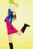 Muchacha adolescente divertida de la edad en vestido loco Foto de archivo