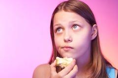 Muchacha adolescente divertida emocional que come la manzana Fotografía de archivo