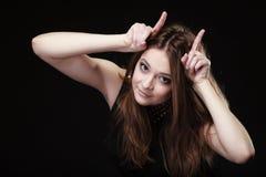 Muchacha adolescente divertida que hace los cuernos del diablo Fotografía de archivo libre de regalías