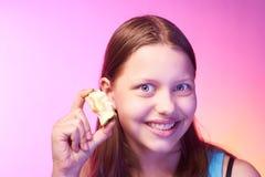 Muchacha adolescente divertida que sostiene el trozo Fotos de archivo libres de regalías