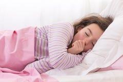 Muchacha adolescente dormida shuching su pulgar Imágenes de archivo libres de regalías