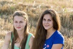 Muchacha adolescente dos al aire libre Fotos de archivo