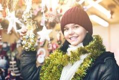 Muchacha adolescente dulce con los regalos de la Navidad Fotografía de archivo