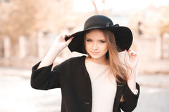 Muchacha adolescente elegante en ropa del otoño Fotos de archivo libres de regalías