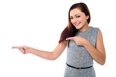 Muchacha adolescente elegante que señala lejos Fotografía de archivo libre de regalías